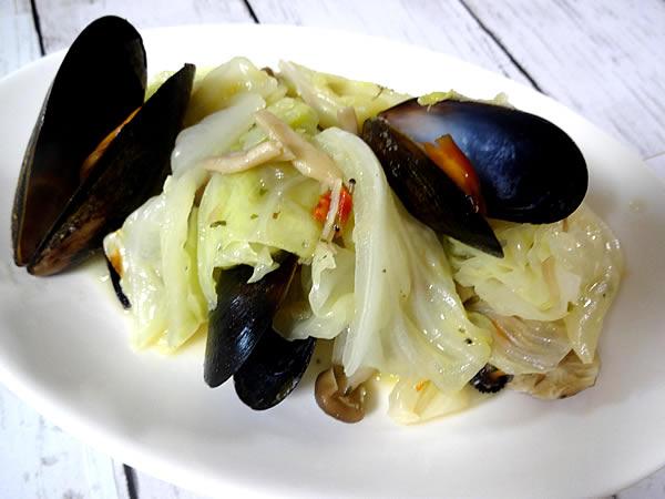キャベツとムール貝のワイン蒸し